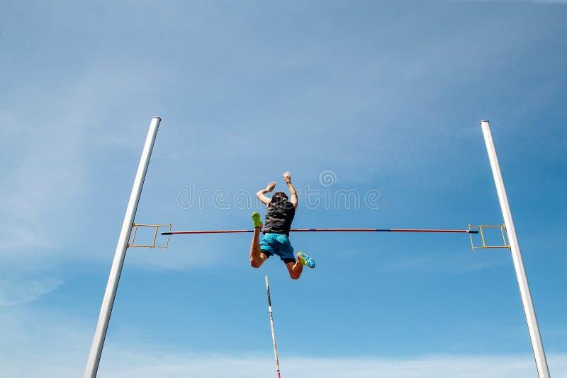 Спортсмен человека прыжка с шестом стоковое изображение