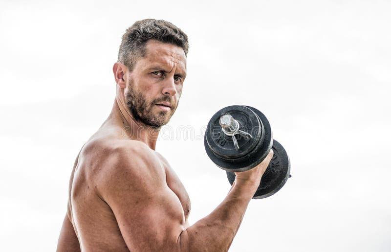 Спортсмен человека с сильными руками стероиды o Мышечный человек работая в утре со штангой athirst стоковая фотография rf