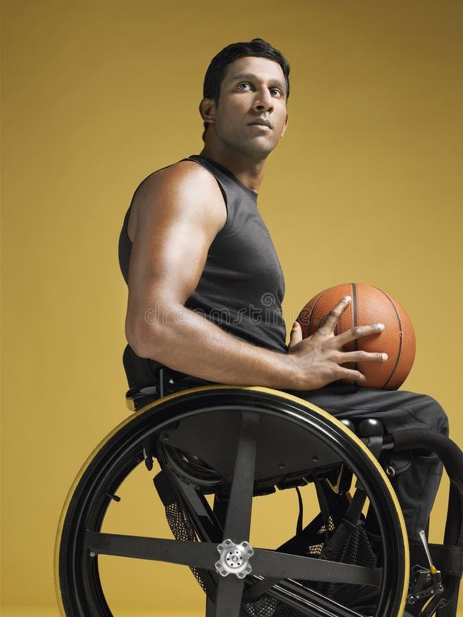 Спортсмен Paraplegic с баскетболом в кресло-коляске стоковая фотография