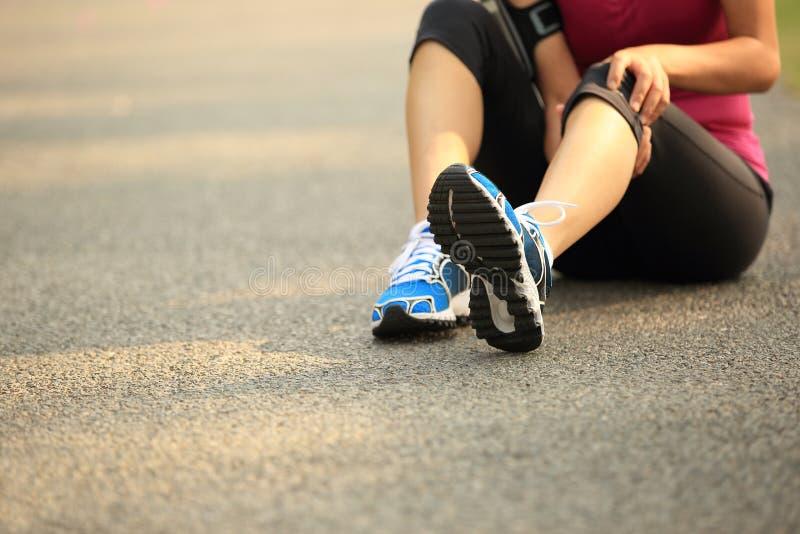 спорты бегунка боли мышцы ноги ушиба крупного плана идущие пятнают касатьться бедренной кости стоковая фотография