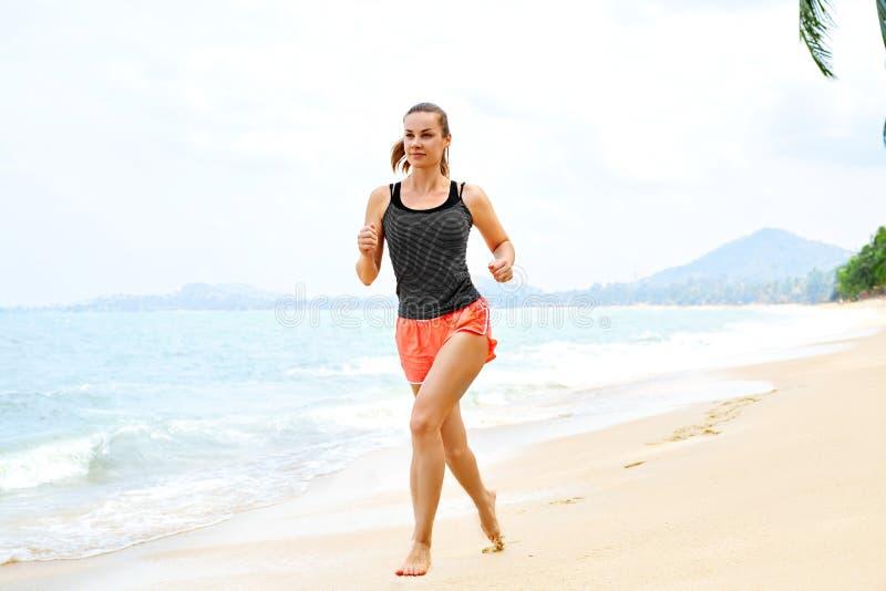 спорты Спортсмен Jogging на пляже Фитнес, работающ, здоровый l стоковые изображения rf