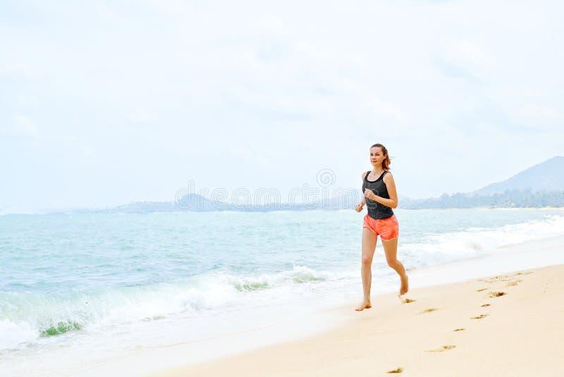 спорты Спортсмен Jogging на пляже Фитнес, работающ, здоровый l стоковое фото
