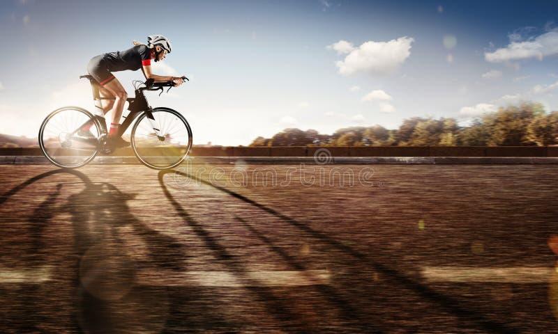 Спорт Велосипедист едет на его велосипеде на заходе солнца стоковая фотография