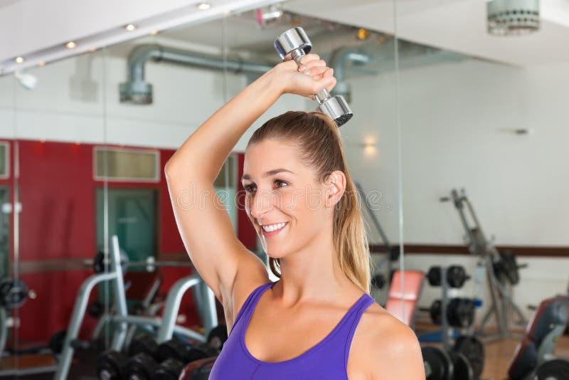 Спорт - женщина работает с штангой в спортзале стоковая фотография rf