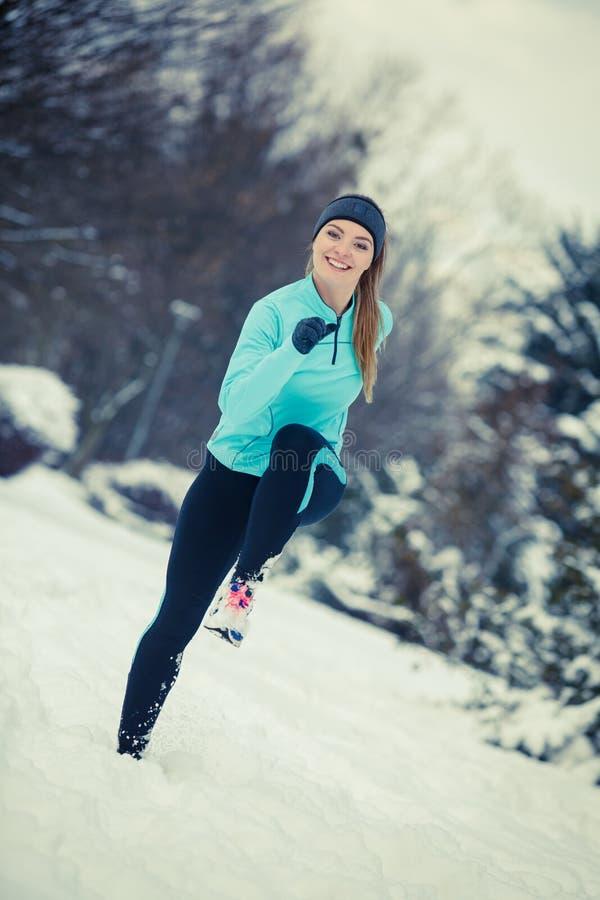 Спорт девушка бегала