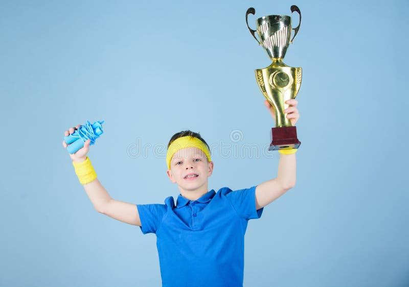 Спорт и здоровье Приз золота Разминка спортзала предназначенного для подростков мальчика Успех Деятельность при детства пригоднос стоковые изображения