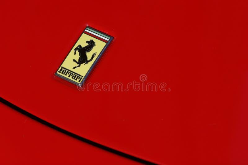 спорт красного цвета логоса ferrari автомобиля стоковые фото