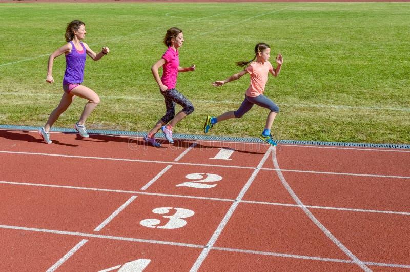 Спорт, мать и дети семьи бежать на следе стадиона, тренировке и фитнесе детей стоковые изображения rf
