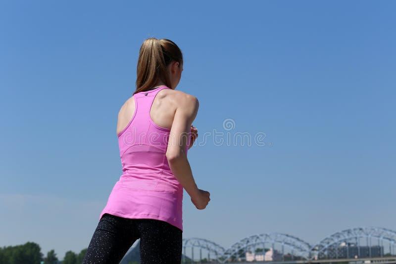 Спорт Привлекательная девушка бежать на улице стоковая фотография rf