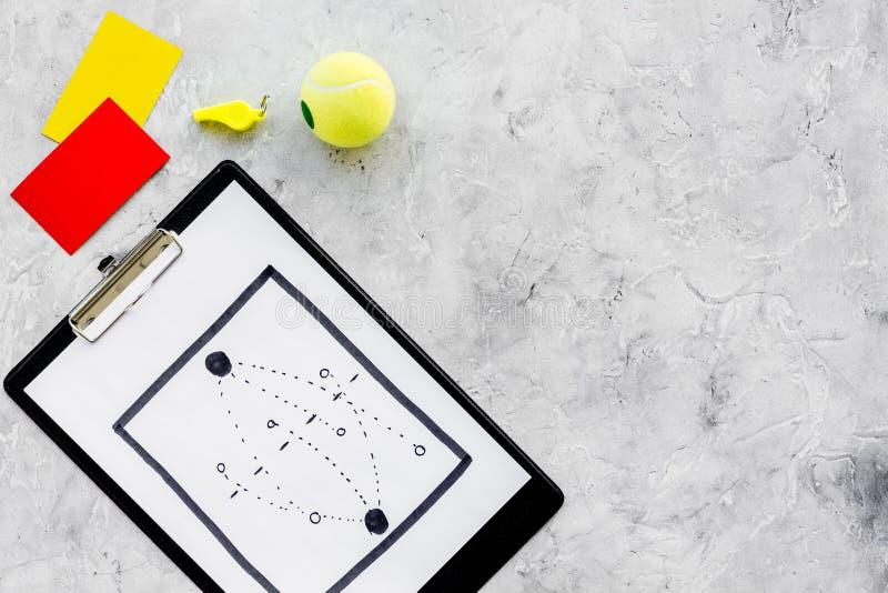 Спорт судя концепцию Рефери футбола План тактики для карточек игры, шарика футбола, красных и желтых, свистка на камне стоковые изображения rf