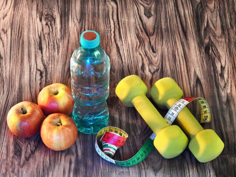 Спорт тренируя дома - еду, питье, спортивный инвентарь стоковые фотографии rf