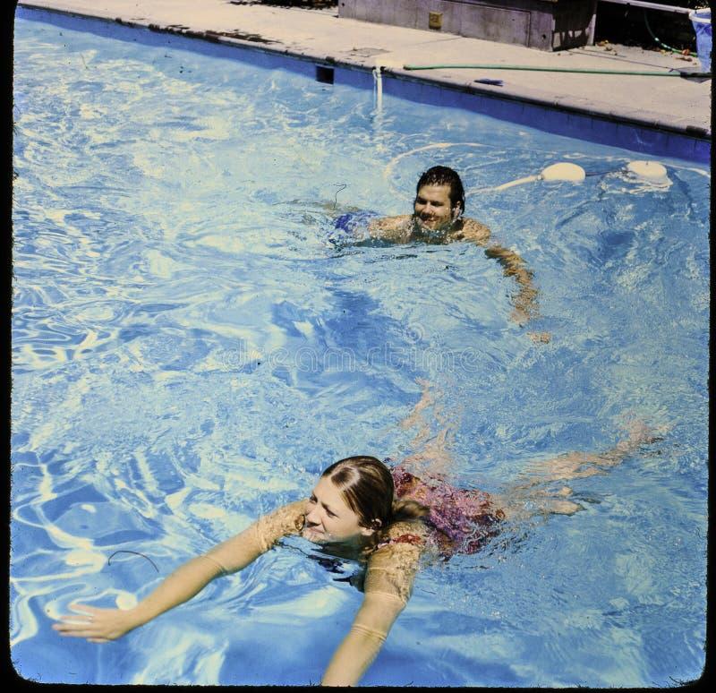 Сползите 35 mm к фотоснимку Принятый в бассейн заднего двора в конце ` 1960 s стоковые фотографии rf