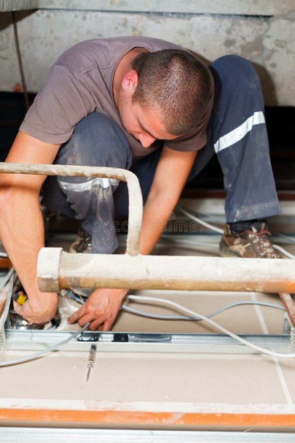 Сподручный человек работая с кабелями стоковое изображение rf