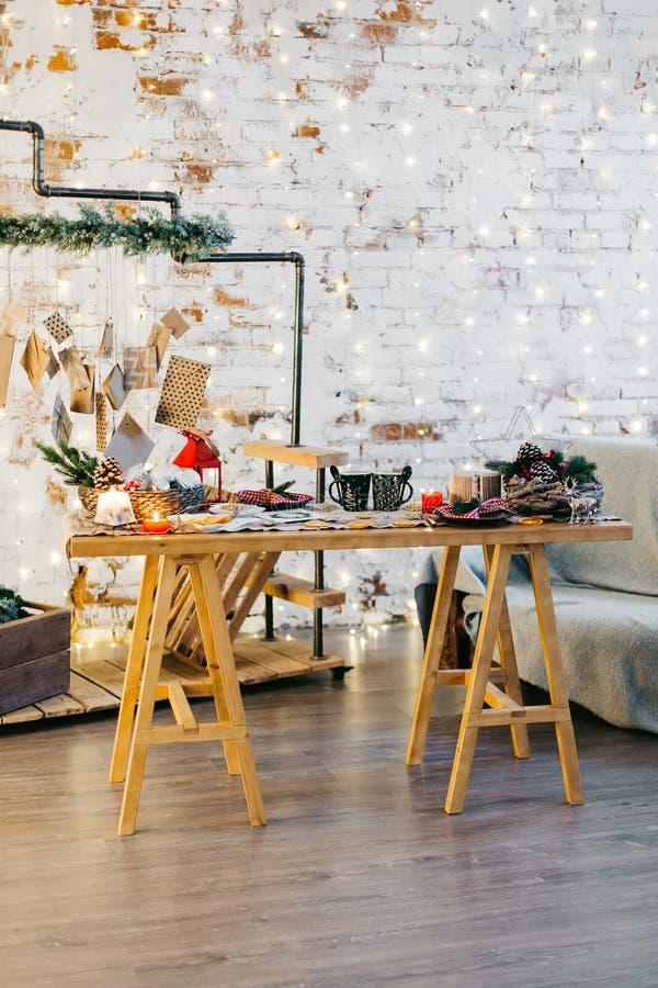 Справочная информация Ель, декоративный конус Космос сообщения на рождество и Новый Год Помадки и подарки на праздники покрашенны стоковая фотография