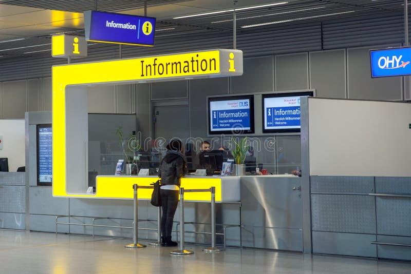 Справочный стол в аэропорте Дюссельдорф, Германии стоковые изображения