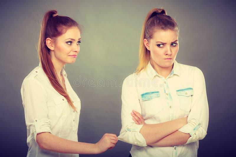Спрашивать женщины извиняется к ее обиденному другу после ссоры стоковые фотографии rf