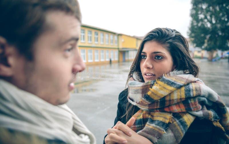 Спрашивать женщины извиняется к обиденному человеку позже стоковая фотография