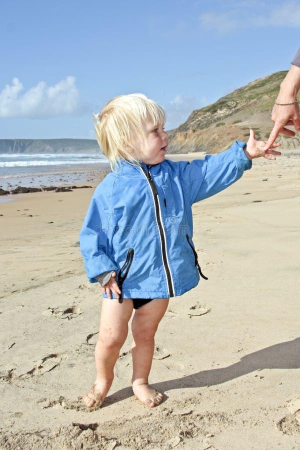 спрашивающ мальчику милое маленькое предохранение стоковое фото