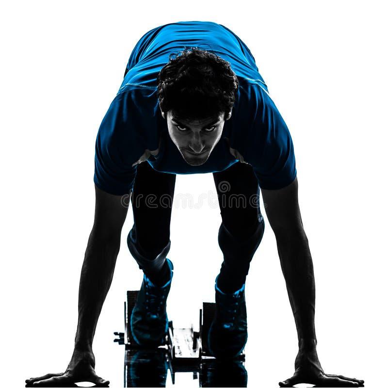 Спринтер бегуна человека на начиная блоках  силуэт стоковая фотография
