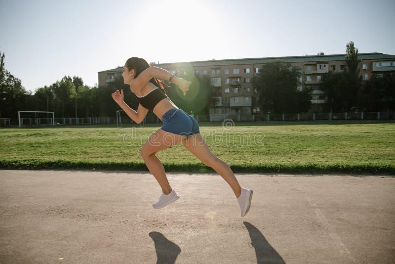 Спринтер-спортсменка готовится к гонке стоковая фотография