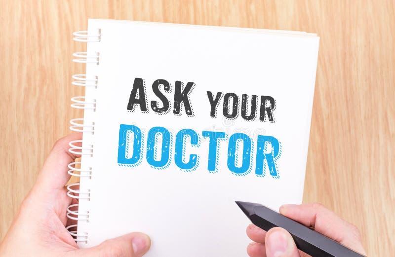 Спросите ваше слово доктора на белой тетради связывателя кольца с hol руки стоковые фотографии rf