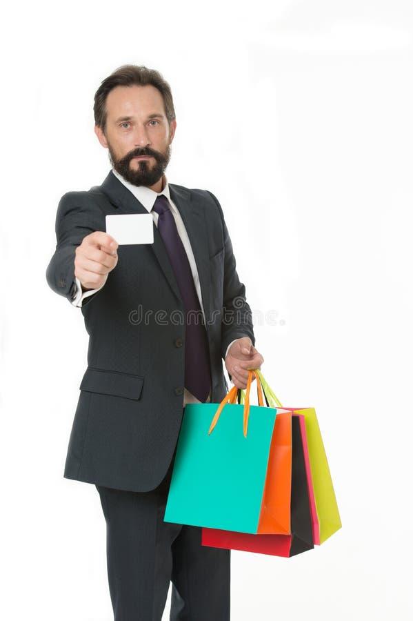 Спросите поставьте ваши приобретения Костюм бизнесмена официально держит сумки пука бумажные пока визитная карточка шоу-бизнеса Ч стоковые фото