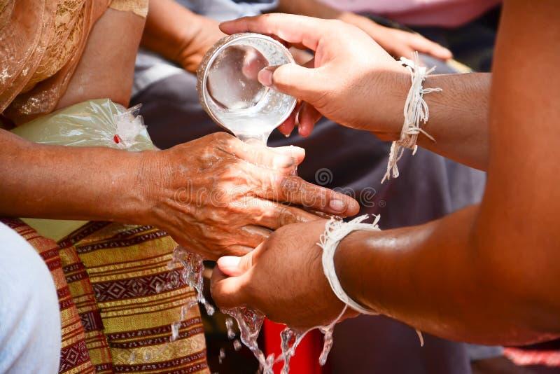 спросите руки старейшиней полейте revered воду стоковое изображение rf