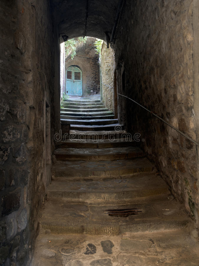 Спрятанный вход, средневековая деревня, Италия стоковое изображение rf