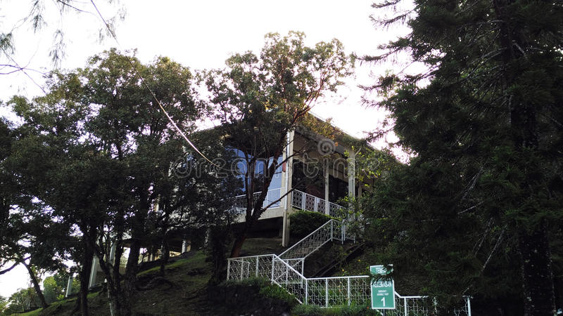Спрятанный дом на tophill стоковая фотография