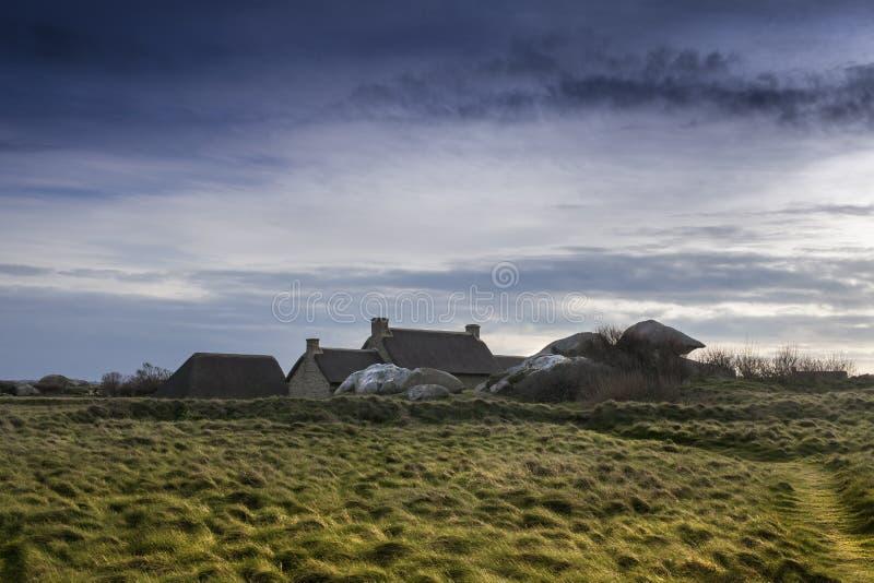 Спрятанный от ветра: Малый средневековый дом вахты между утесами в Франции, около atlantic стоковое изображение