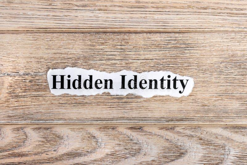 Спрятанный текст идентичности на бумаге Идентичность спрятанная словом на сорванной бумаге текст остальных изображения figurine п стоковое фото
