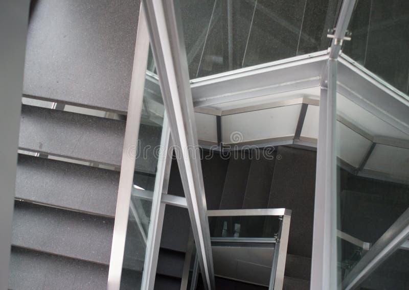 Спуск вниз с лестниц, в стиле минимализма стоковое изображение rf