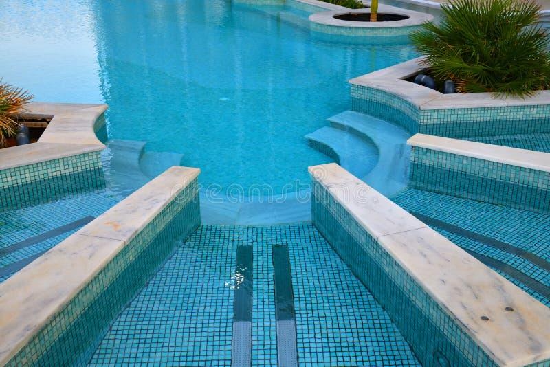 Спуск к бассейну сделанному в форме полуокружности стоковая фотография