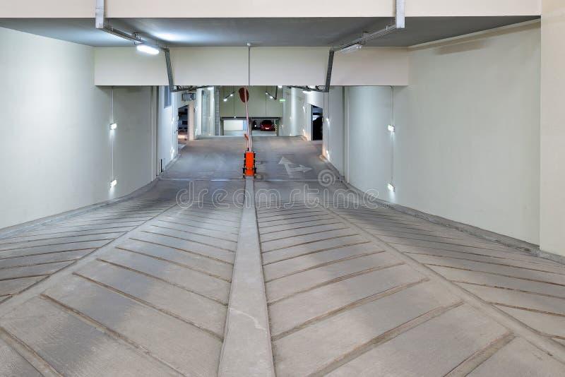 Спуск к многоуровневой подземной автостоянке стоковое изображение rf