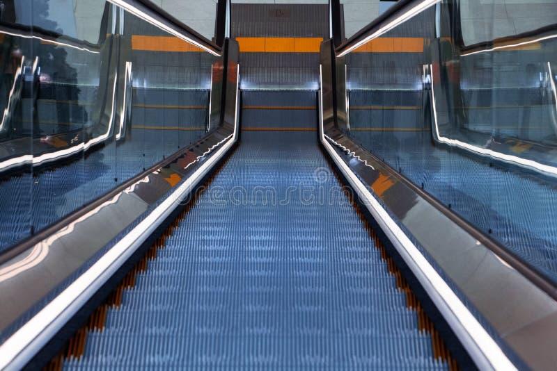 Спуск на эскалатор в торговом центре стоковые изображения rf