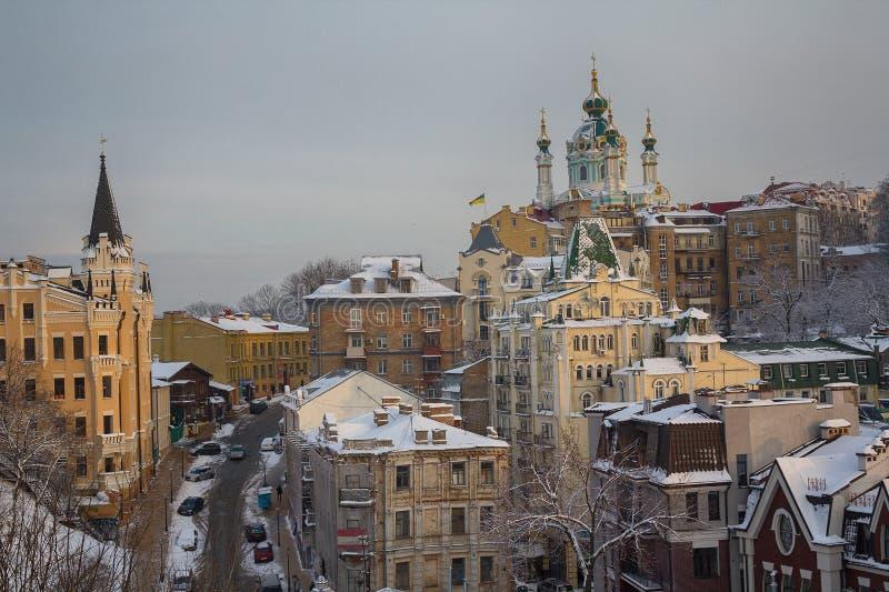 Спуск Эндрью и церковь Андрея Первозванного в погоде зимы Украина стоковое фото