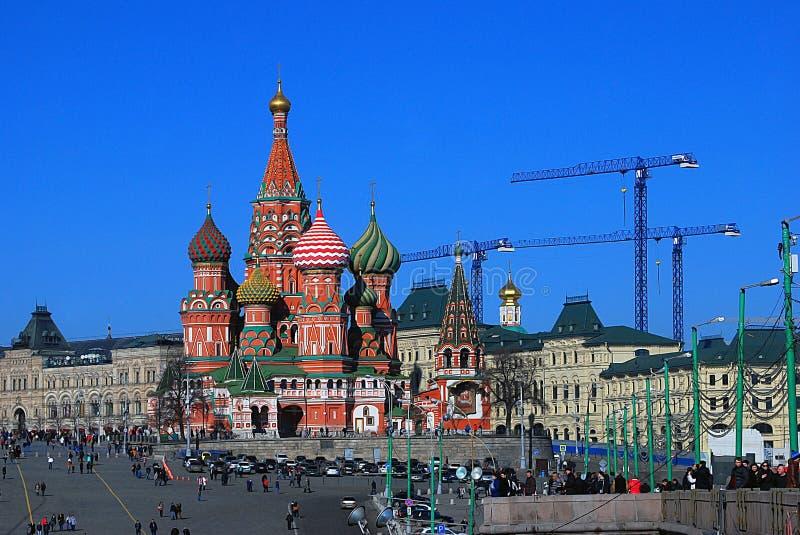 Спуск Vasilevsky и церковь базиликов Святого стоковое фото