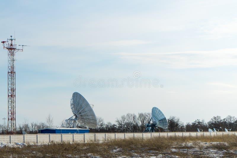 Спутниковая антенна-тарелка крупноразмерная Главный интернет-провайдер стоковая фотография
