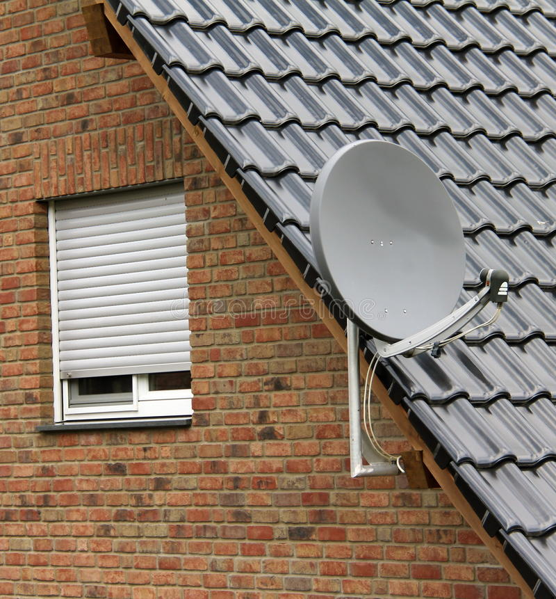 Спутниковая антенна-тарелка на крыше стоковая фотография