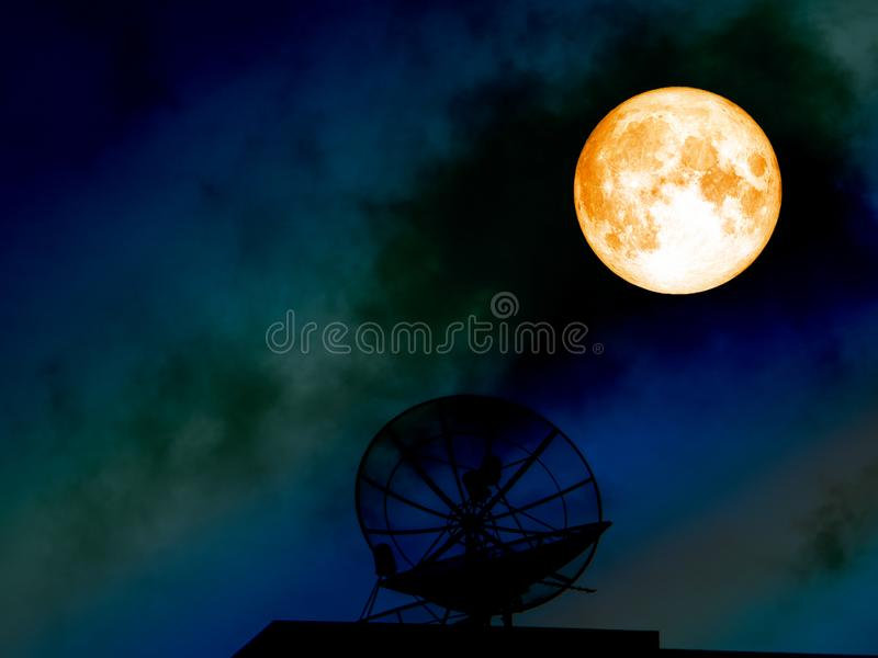 спутниковая антенна-тарелка супер силуэта луны крови на красочном ночном небе стоковые изображения rf