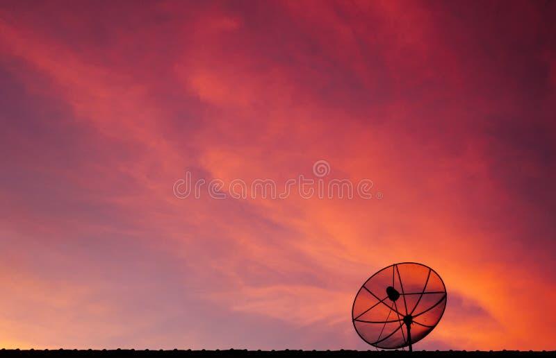 Спутниковая антенна-тарелка с красивым twilight небом стоковое фото rf