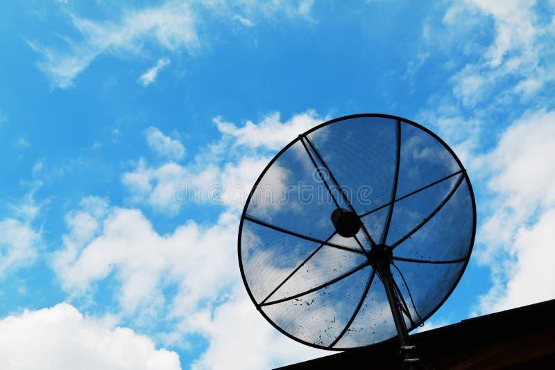 Спутниковая антенна-тарелка в голубом небе стоковые изображения