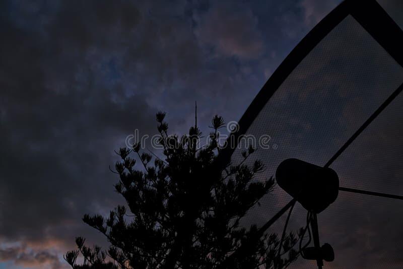 Спутниковая антенна-тарелка в сельском районе стоковое фото rf