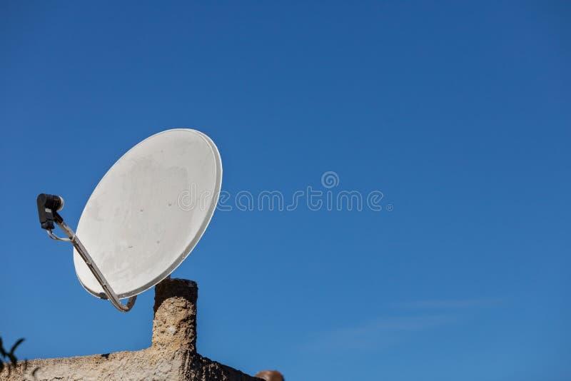 Спутниковая параболическая антенна на голубом небе стоковое изображение rf