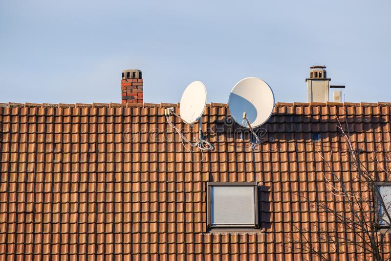 Спутниковая тарелка на крыше стоковое фото rf