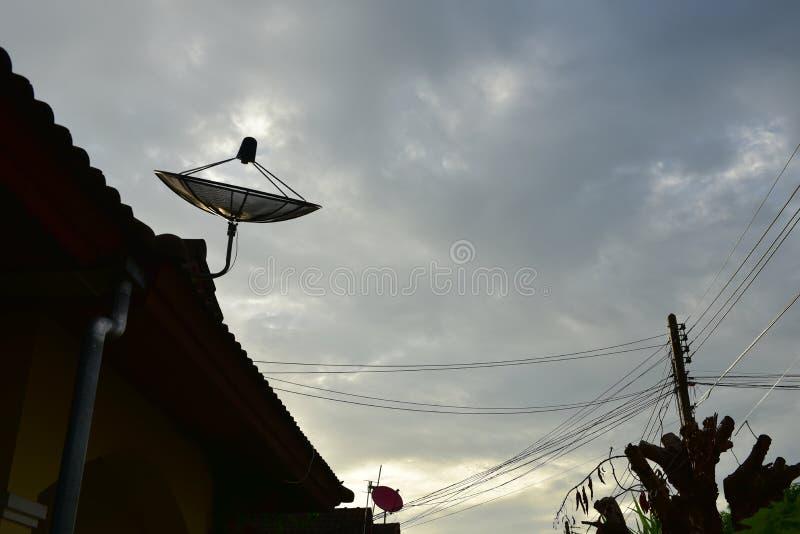 Спутниковое блюдо на крыше стоковое изображение