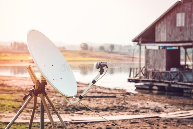 Спутниковые антенна-тарелки установленные в сельскую местность стоковая фотография rf