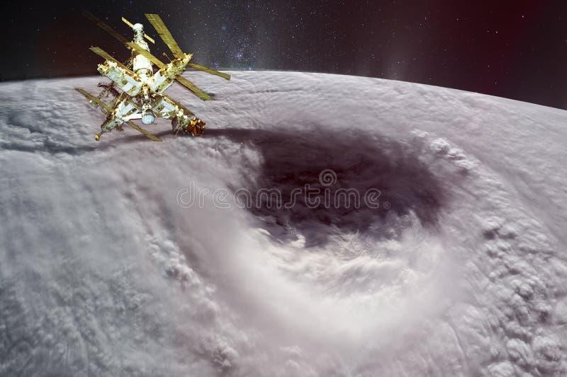 Спутник в земле планеты орбиты Огромный глаз урагана стоковое фото rf