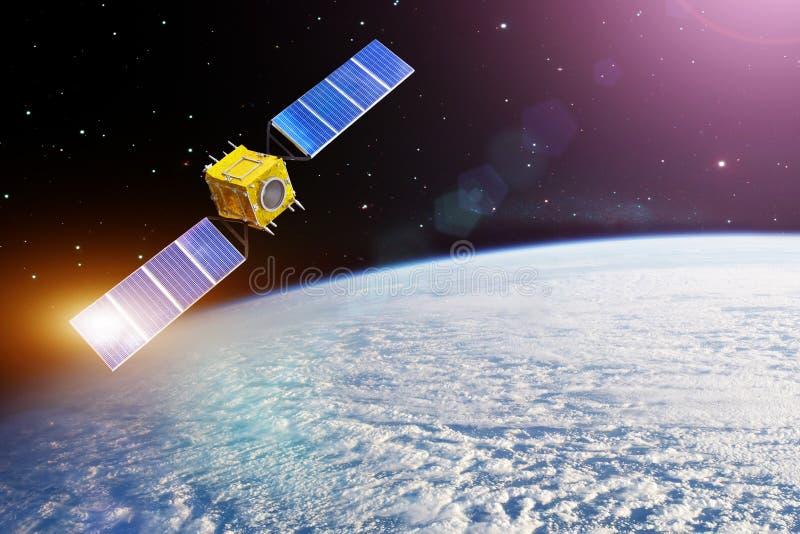 Спутник космоса двигая по орбите земля и яркое солнце светов отраженные от панелей солнечных батарей r стоковая фотография rf