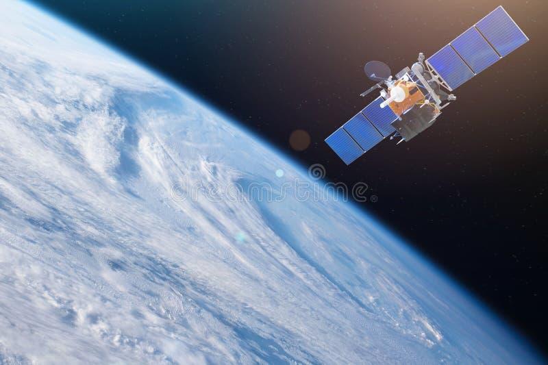 Спутник космоса двигая по орбите земля Элементы этого изображения поставленные NASA стоковое фото rf